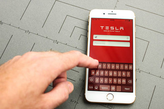 «Помоги, Илон Маск, я застрял»: машины Tesla заблокировались