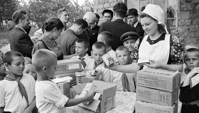 Раздача продуктовых наборов, полученных по ленд-лизу в Москве, 1945 год