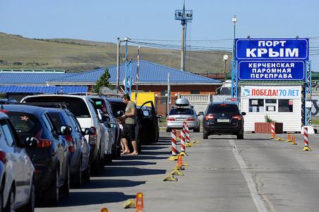 На Керченской переправе в Крыму вновь скапливаются сотни машин