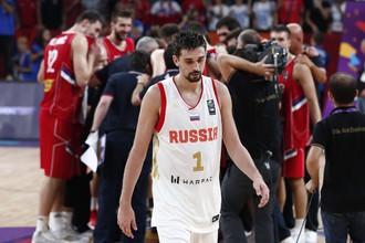 Российский баскетбол Алексей Швед, на заднем плане игроки сборной Сербии отмечают выход в финал чемпионата Европы