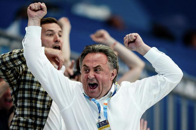 Виталий Мутко радуется победе сборной России в матче первого предварительного раунда по водному поло среди женщин на XVI чемпионате мира по водным видам спорта в Казани, 2015 год