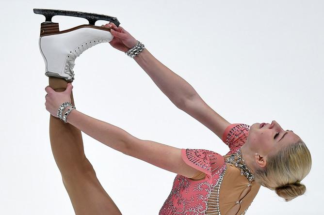 Мария Сотскова выступает в короткой программе женского одиночного катания на чемпионате России по фигурному катанию в Санкт-Петербурге, 22 декабря 2017 года