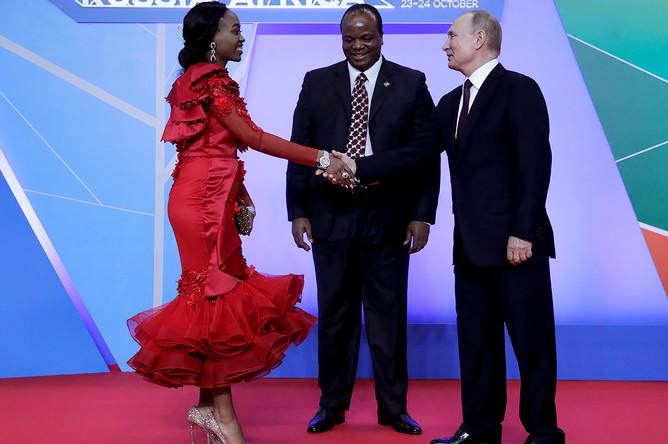 Король Эсватини (бывшего Свазиленда) Мсвати III с супругой во время встречи с президентом России Владимиром Путиным