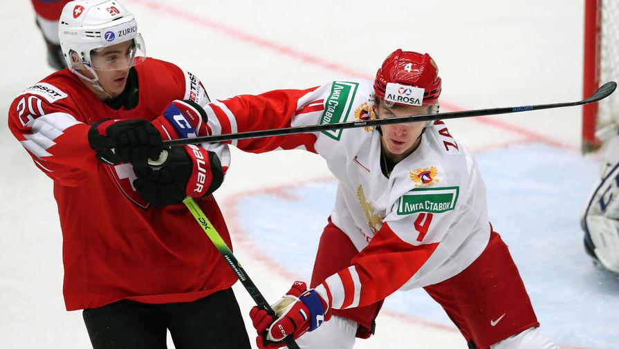 Слева направо: Юлиан Меттлер (Швейцария) и Егор Замула (Россия) в матче 1/4 финала молодежного чемпионата мира по хоккею между сборными командами Швейцарии и России, 2 января 2020 года