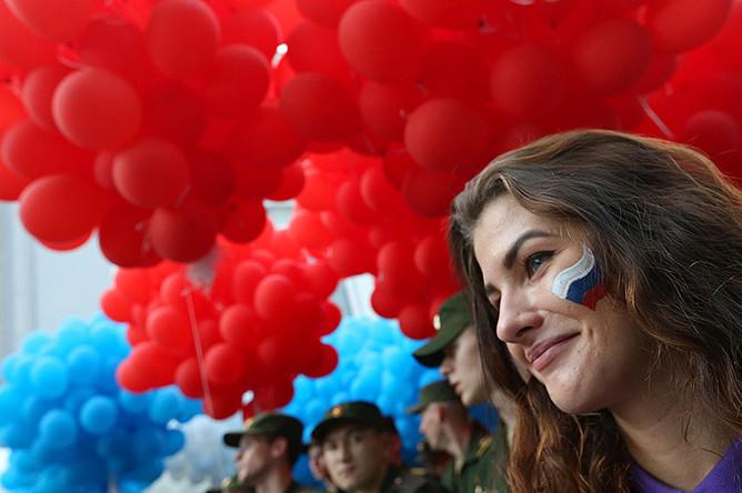 Горожане во время запуска 15 тысяч воздушных шаров на площади Островского