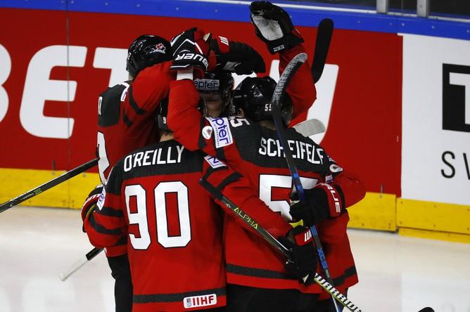 Сборная Канады радуется голу в ворота России