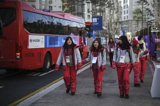 Волонтеры в Олимпийской деревне в Пхенчхане.