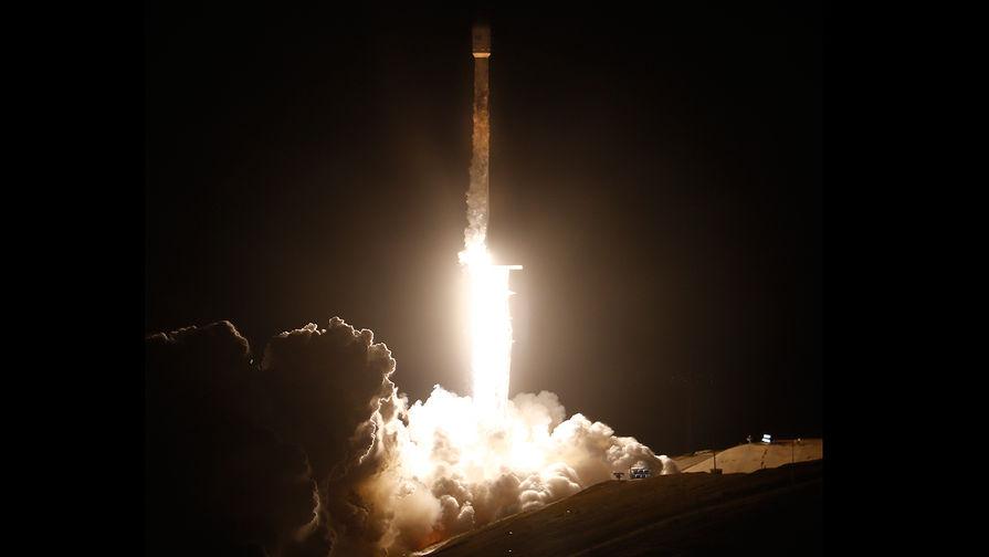 Запуск ракеты-носителя Falcon 9 со спутником PAZ со стартовой площадки авиабазы Ванденберг в Калифорнии, 22 февраля 2018 года