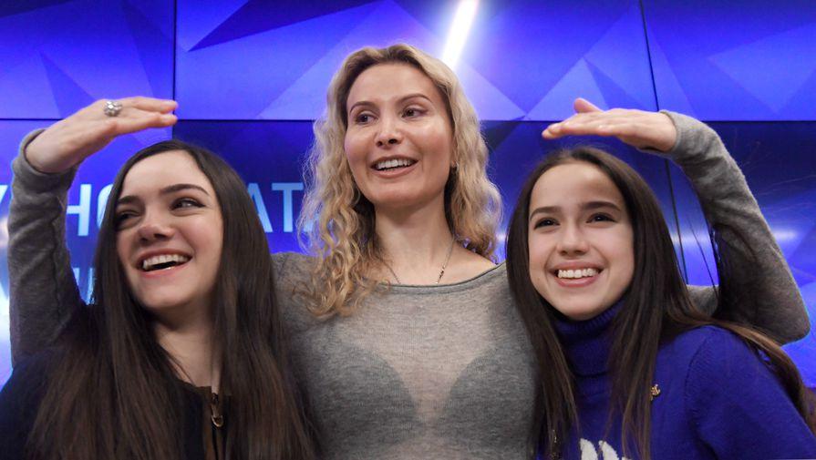 Этери Тутберидзе (в центре), Евгения Медведева (слева) и Алина Загитова