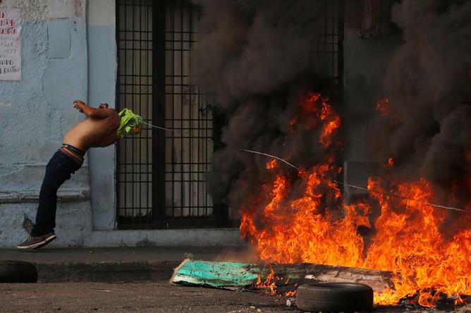 Во время столкновений между протестующими и нацгвардией Венесуэлы в городе Уренья на границе с Колумбией, 23 февраля 2019 года