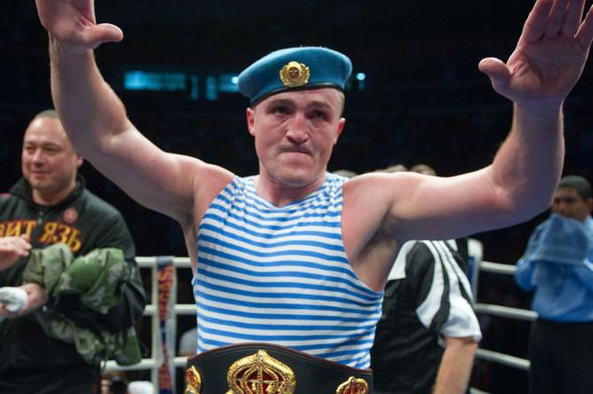 Денис Лебедев после победы над американцем Джеймсом Тони в поединке за титул чемпиона мира WBA в рамках боксерского шоу «Ни шагу назад!», 2011 год