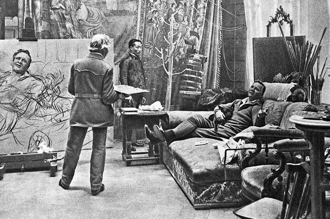 Художник Илья Репин пишет портрет певца Федора Шаляпина в своей мастерской в «Пенатах» в феврале-марте 1914 года