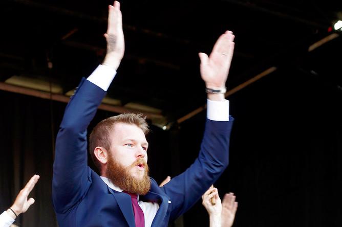 Капитан сборной Исландии Арон Гуннарссон приветствует фанатов после возвращения в Рейкьявик
