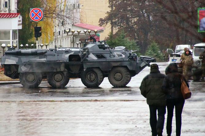 Вооруженные люди и БТР в центре Луганска, 21 ноября 2017 года
