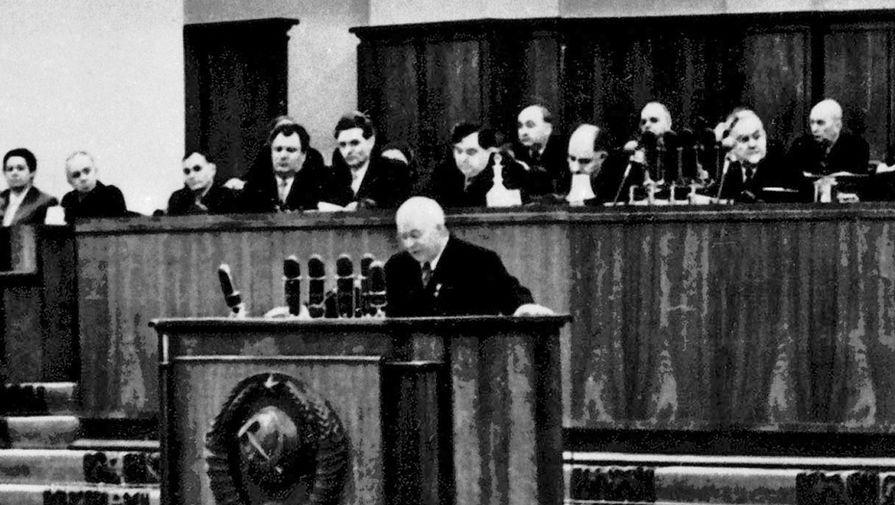Первый секретарь ЦК КПСС Никита Хрущев выступает на XX съезде КПСС 14 февраля 1956 года
