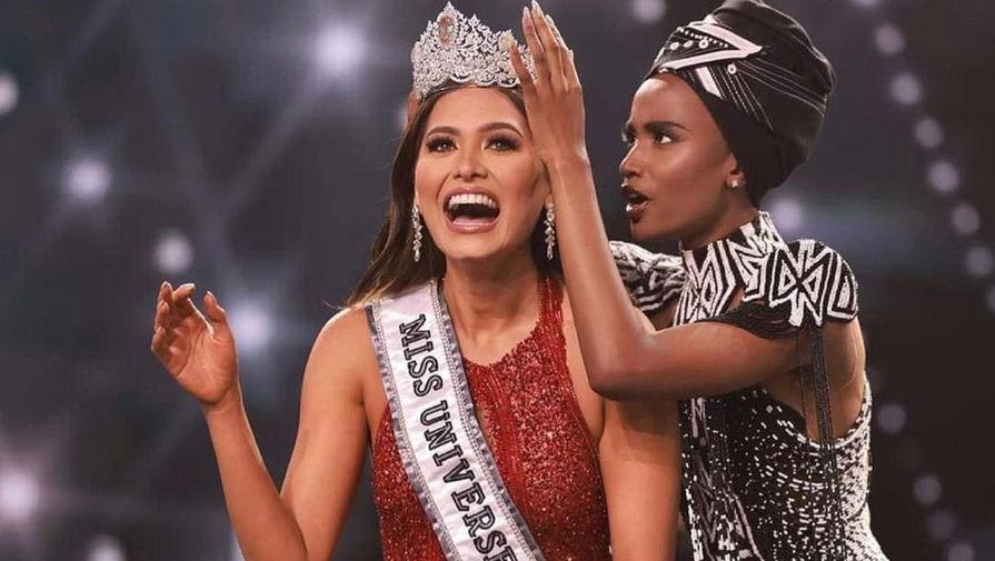 Зозибини Тунзи (Мисс Вселенная 2019) надевает корону на Андреа Меса