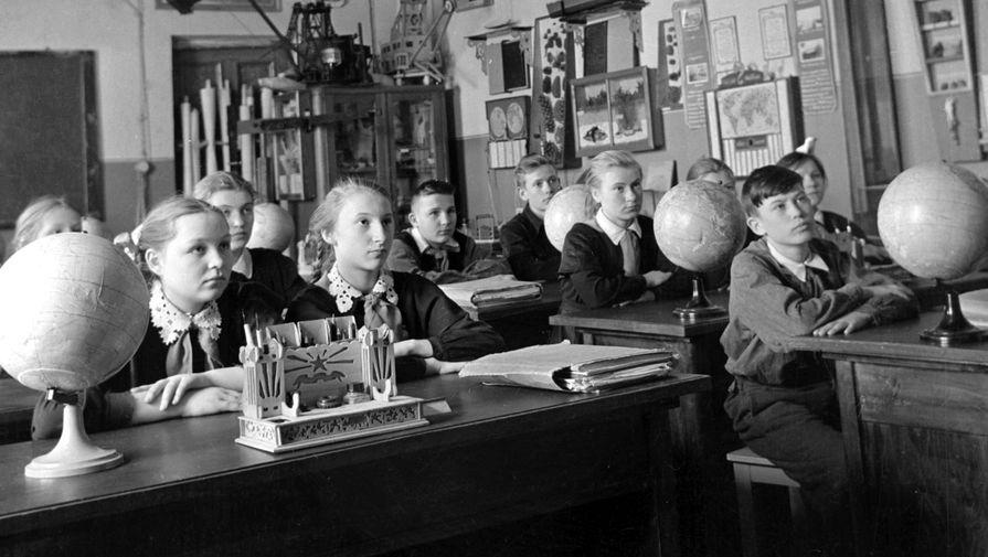 Школьники на уроке географии, 1959 год