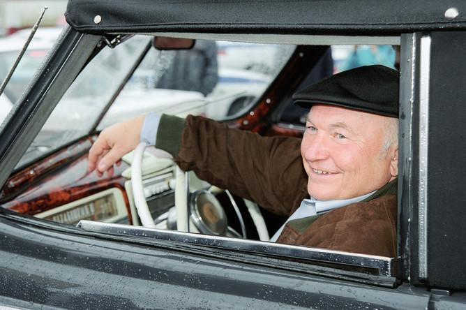 2003 год. Мэр столицы Юрий Лужков за рулем автомобиля ЗиС-110 1950 года выпуска, ранее принадлежавшего Никите Хрущеву