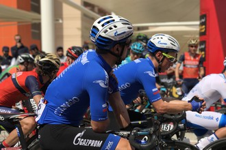 Гонщики «Газпром Русвело» Иван Савицкий и Артур Ершов на старте этапа «Тура Абу-Даби»