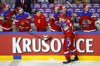 Российский хоккеист Антон Белов празднует гол
