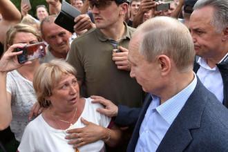 Президент России Владимир Путин во время общения с жителями Тулуна, пострадавшими в результате наводнения, 19 июля 2019 года