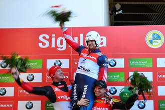 Семен Павличенко на верхней ступеньке пьедестала почета чемпионата мира