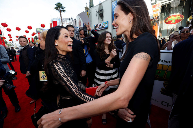 Люси Лью и Анджелина Джоли на премьере «Кунг-фу Панды – 3» в Лос-Анджелесе