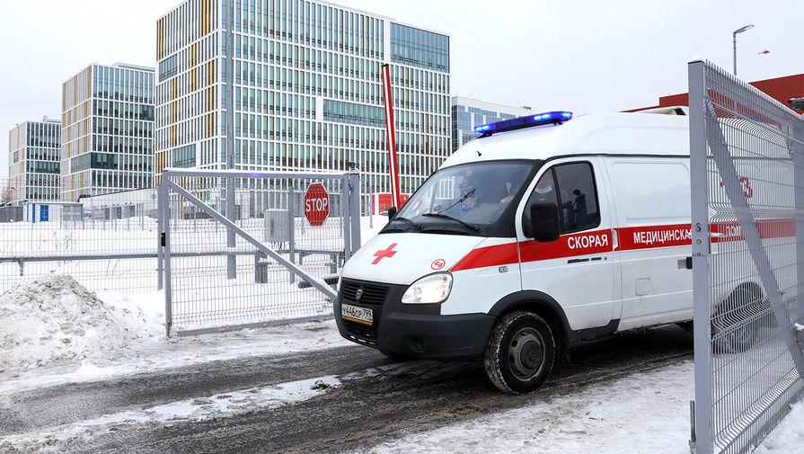 Машина скорой помощи у многопрофильного медицинского центра «Новомосковский», куда госпитализируют пациентов с подозрением на коронавирус COVID-19, 10 января 2020 года