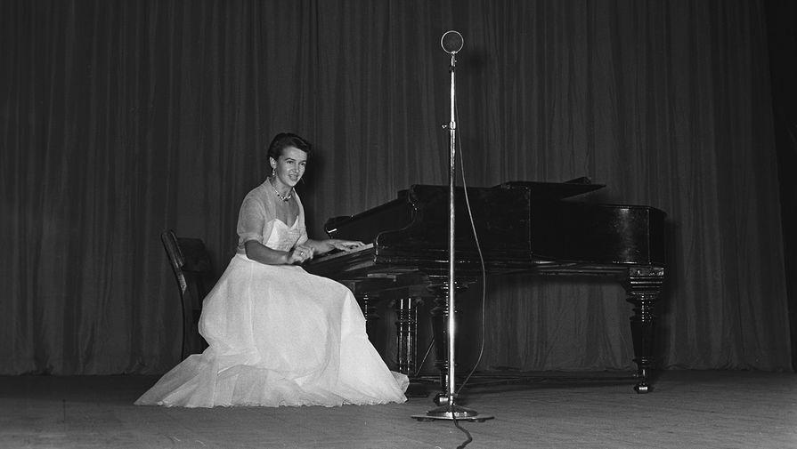 Людмила Лядова во время выступления, 1957 год