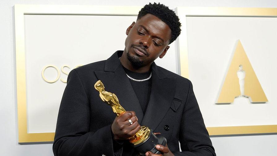 Номинация <b>&laquo;Лучшая мужская роль второго плана&raquo;</b> &mdash; актер <b>Дэниэл Калуя</b> (фильм «Иуда и чёрный мессия»)