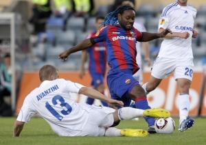 Мишель Аванцини (№13) пытается выцарапать мяч у Вагнера Лава