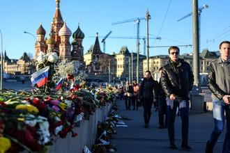 На месте убийства Бориса Немцова на Большом Москворецком мосту в центре Москвы, 2015 год