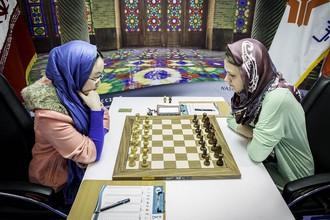 Тань Чжуни (слева) и Анна Музычук в финале чемпионата мира по шахматам среди женщин