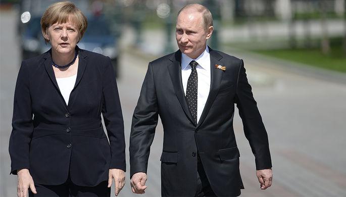 Ангела Меркель и Владимир Путин в Александровском саду. 10 мая 2015 года
