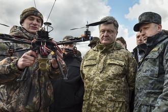 Президент Украины Петр Порошенко и секретарь СНБО Александр Турчинов во время осмотра военной техники в учебном центре Нацгвардии под Киевом, апрель 2015 года
