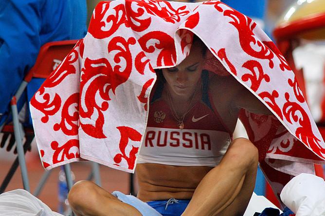 Российская спортсменка Елена Исинбаева, завоевавшая золотую медаль в прыжках с шестом, на Олимпийских играх в Пекине, 2008 год