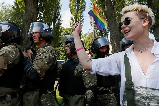 Сотрудники полиции и участница «Марша равенства» в Киеве, 18 июня 2017 года