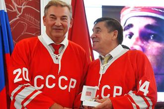 Игроки сборной СССР Владислав Третьяк и Юрий Шаталов на церемонии чествования хоккеистов, участвовавших в Суперсерии «СССР — Канада» 1972 года, в Москве, сентябрь 2017 года