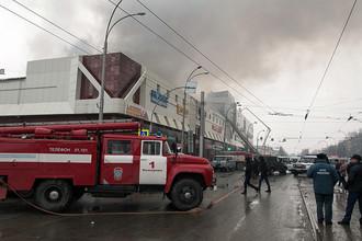 Сотрудники пожарной охраны МЧС борются с пожаром в торговом центре «Зимняя вишня» в Кемерово, 25 марта 2018 года