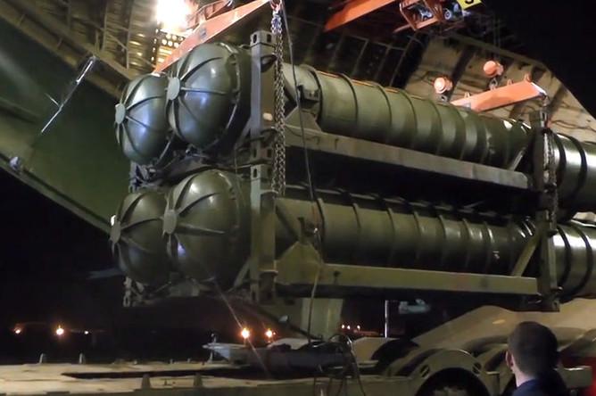 Зенитно-ракетные комплексы С-300, доставленные в Сирийскую Арабскую республику самолетом Ан-124-100 «Руслан» министерства обороны РФ (кадр из видео)