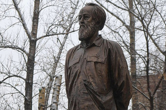 Памятник писателю Александру Солженицыну на улице Александра Солженицына в Москве, 11 декабря 2018 года