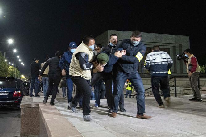 Сотрудники правоохранительных органов задерживают участников акции протеста в Бишкеке, 5 октября 2020 года