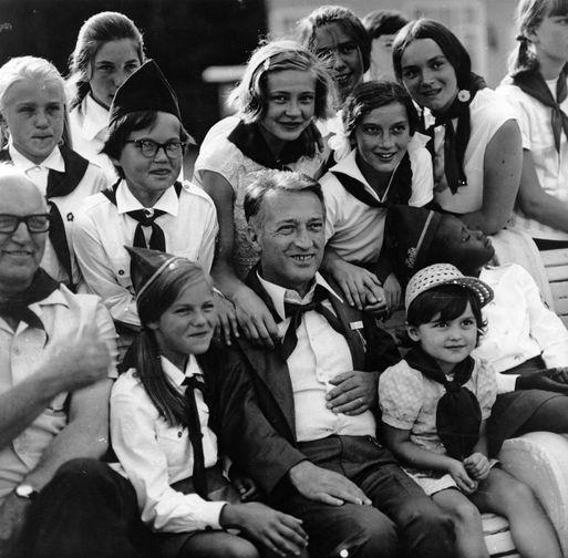 Итальянский писатель Джанни Родари с советскими пионерами во время визита в СССР, 1980 год