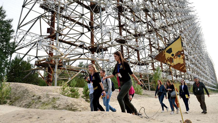 Туристы у загоризонтной радиолокационной системы «Дуга» в зоне отчуждения Чернобыльской АЭС, 24 сентября 2020 года