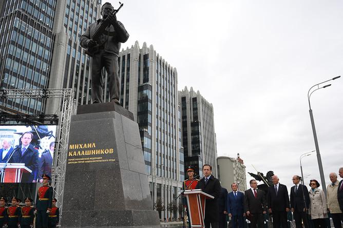 Министр культуры России Владимир Мединский во время церемонии открытия памятника Михаилу Калашникову в Москве, 19 сентября 2017 года