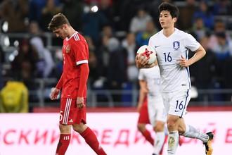 Алексей Миранчук (слева) в товарищеском матче Россия — Южная Корея
