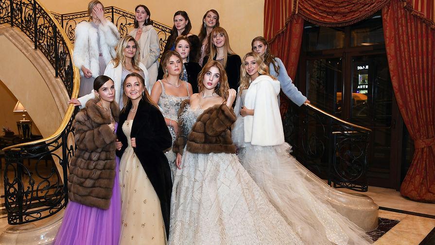 Дебютантки перед началом бала дебютанток журнала Tatler в Колонном зале Дома союзов в Москве, 18 ноября 2019 года