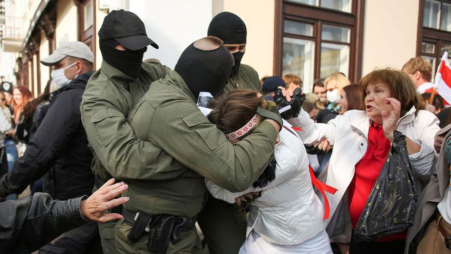 ОМОН задерживает участниц «Женского марша» на площади Свободы в Минске, 12 сентября 2020 года