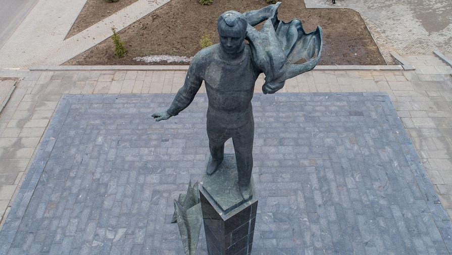 Памятник космонавту Юрию Гагарину на центральной площади города Гагарин. Памятник был изготовлен в 1974 году скульптором Ю.Г. Ореховым и архитекторами В.А. Петербуржцевым, А.В. Степановым.