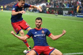 Защитник ЦСКА Георгий Щенников радуется забитому мячу в ворота «Янг Бойз»